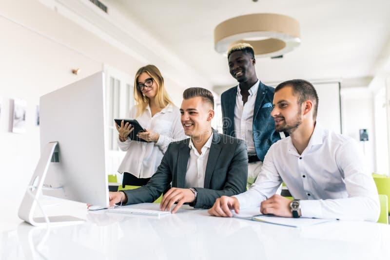 Bedrijfsmensen die het teamwerk tonen terwijl het werken in raadsruimte in bureaubinnenland Mensen die één van hun collega helpen royalty-vrije stock foto