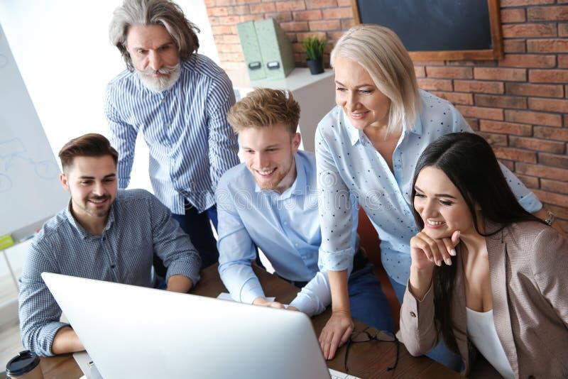 Bedrijfsmensen die het werkkwesties bespreken bij lijst in bureau royalty-vrije stock foto
