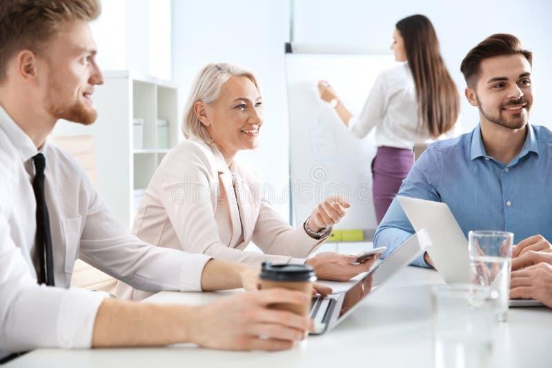 Bedrijfsmensen die het werkkwesties bespreken Professionele mededeling royalty-vrije stock foto's