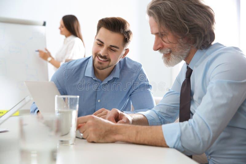 Bedrijfsmensen die het werkkwesties bespreken Professionele mededeling stock fotografie