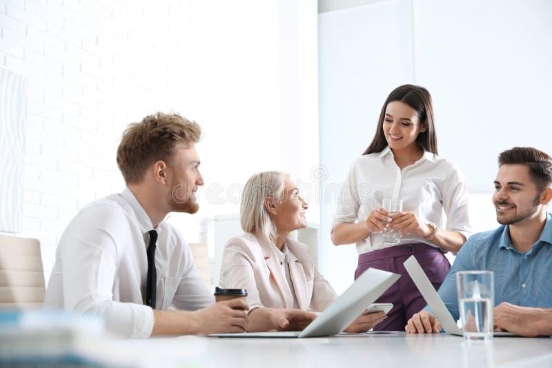 Bedrijfsmensen die het werkkwesties bespreken Professionele mededeling royalty-vrije stock afbeelding