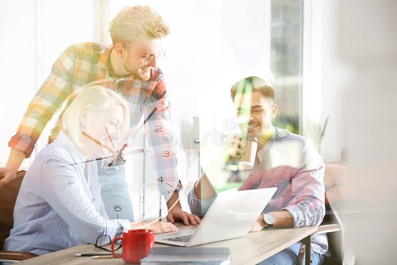 Bedrijfsmensen die het werkkwesties bespreken Professionele mededeling royalty-vrije stock fotografie