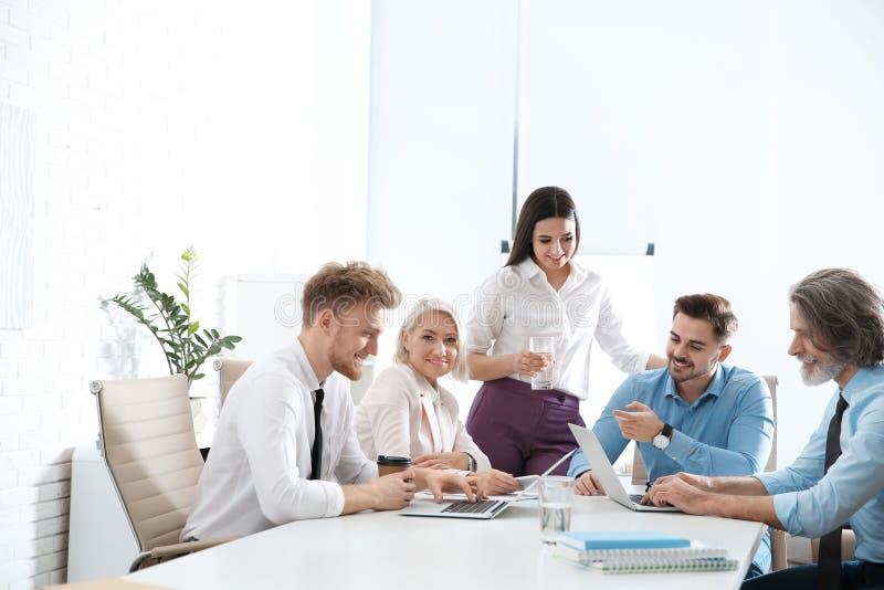 Bedrijfsmensen die het werkkwesties in bureau bespreken royalty-vrije stock foto's