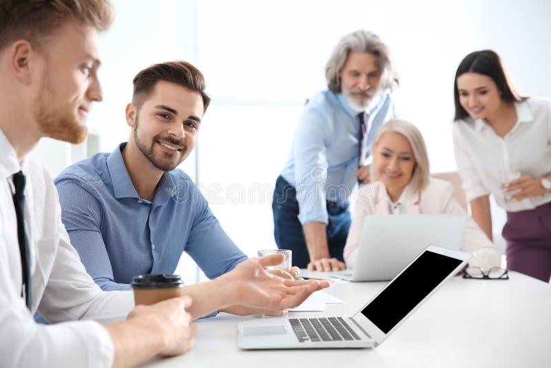 Bedrijfsmensen die het werkkwesties in bureau bespreken royalty-vrije stock foto