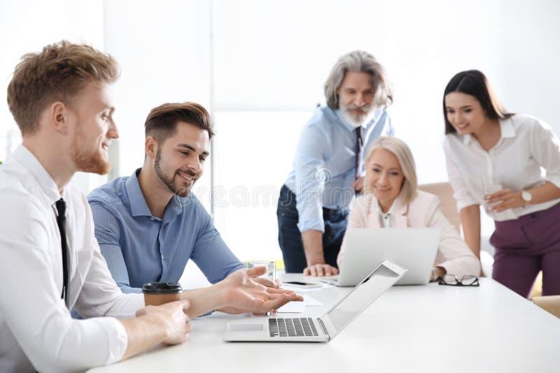 Bedrijfsmensen die het werkkwesties in bureau bespreken royalty-vrije stock fotografie