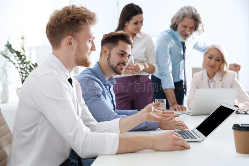 Bedrijfsmensen die het werkkwesties in bureau bespreken stock afbeeldingen