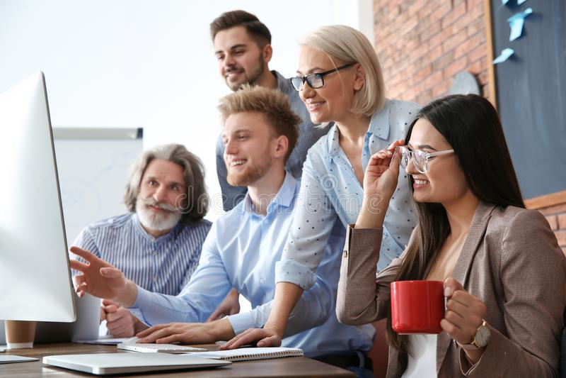 Bedrijfsmensen die het werkkwesties in bureau bespreken Professionele mededeling royalty-vrije stock foto's