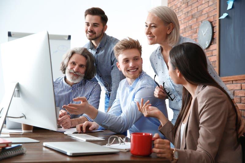Bedrijfsmensen die het werkkwesties in bureau bespreken Professionele mededeling stock afbeeldingen