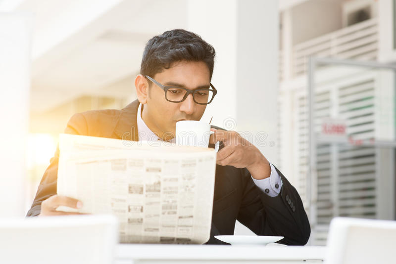 Bedrijfsmensen die hete koffie drinken en krant lezen bij caf royalty-vrije stock afbeeldingen