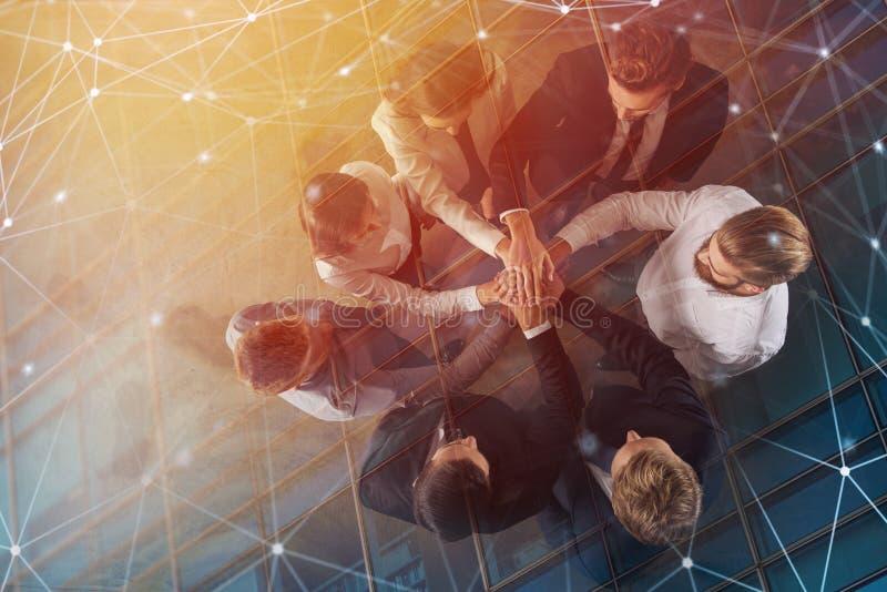 Bedrijfsmensen die hun handen samen met Internet-netwerkgevolgen zetten Concept integratie, groepswerk en royalty-vrije illustratie