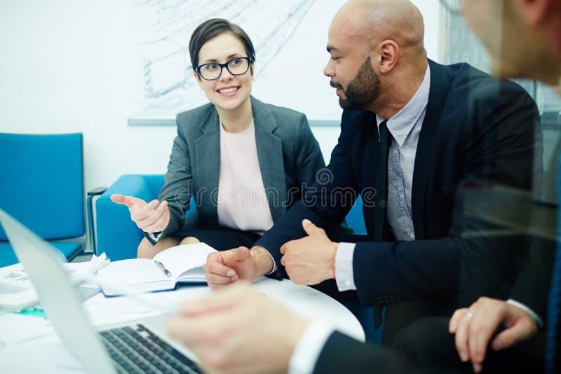 Bedrijfsmensen die Ideeën in Vergadering bespreken stock fotografie