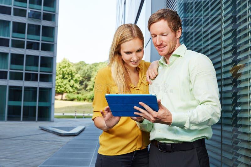 Bedrijfsmensen die Internet-verbinding met tabletcomputer gebruiken royalty-vrije stock foto's