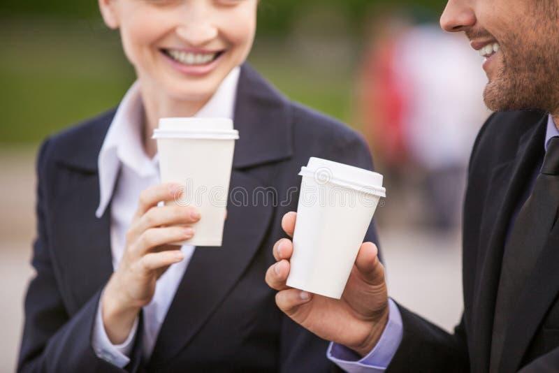 Bedrijfsmensen die koffie buiten drinken stock afbeelding