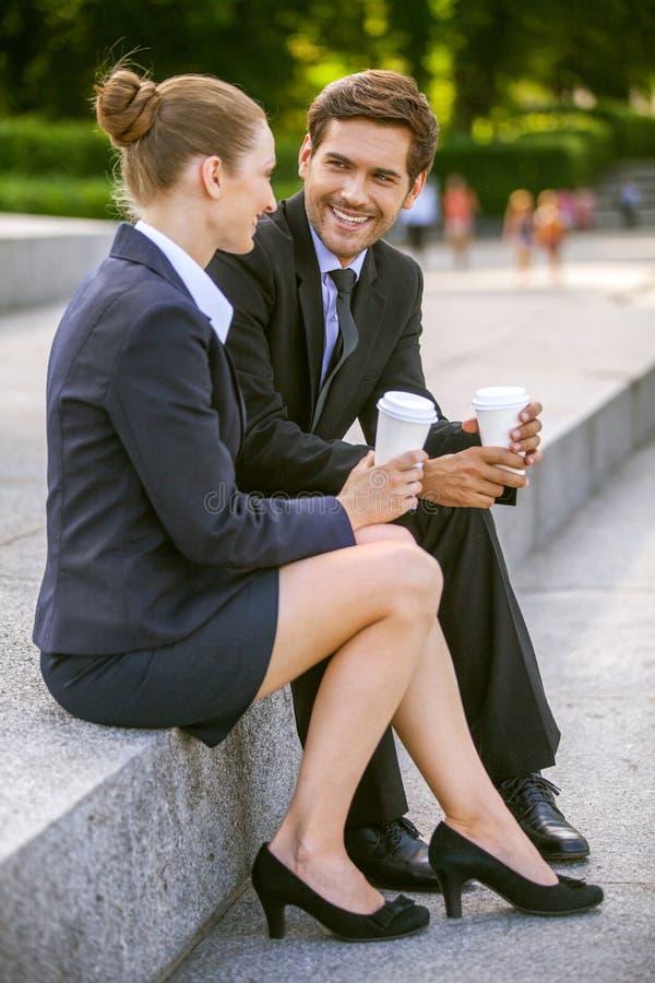 Bedrijfsmensen die koffie buiten drinken royalty-vrije stock afbeelding