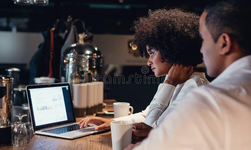 Bedrijfsmensen die laat aan laptop werken royalty-vrije stock fotografie