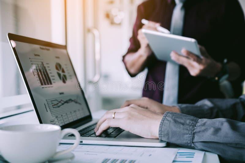 Bedrijfsmensen die laptop typen en analyse ontmoeten op kantoor over plan voor toekomstig bedrijf royalty-vrije stock foto's