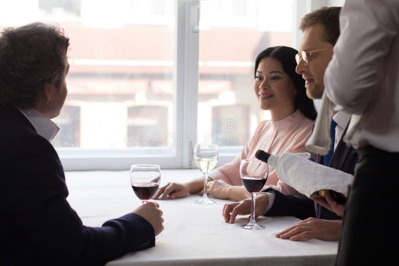 Bedrijfsmensen die lunch hebben bij luxerestaurant stock fotografie