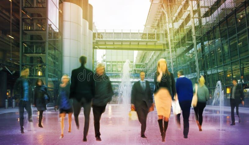 Bedrijfsmensen die onduidelijk beeld bewegen Mensen die in spitsuur lopen Zaken en modern het levensconcept stock afbeelding