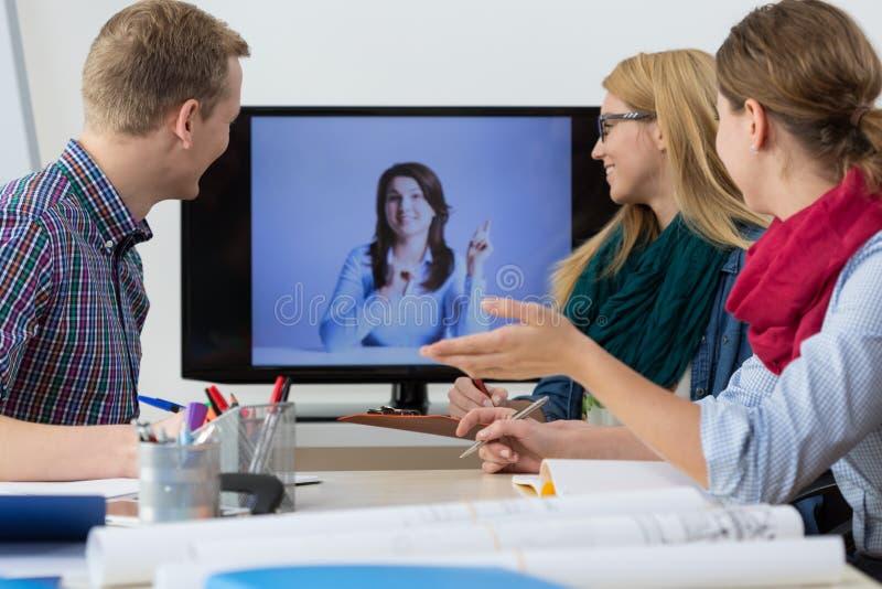Bedrijfsmensen die online vergadering hebben
