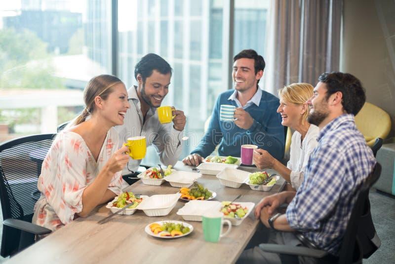 Bedrijfsmensen die ontbijt hebben royalty-vrije stock afbeeldingen