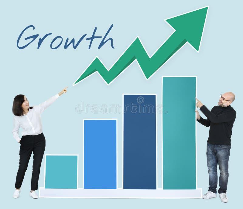 Bedrijfsmensen die ontwikkeling in een grafiek tonen royalty-vrije stock foto