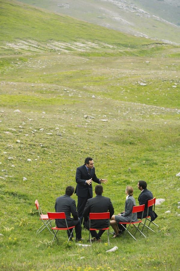 Bedrijfsmensen die op Berggebied bespreken royalty-vrije stock foto