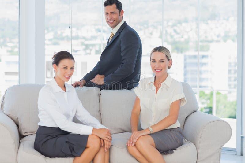 Bedrijfsmensen die op de laag zitten stock afbeeldingen