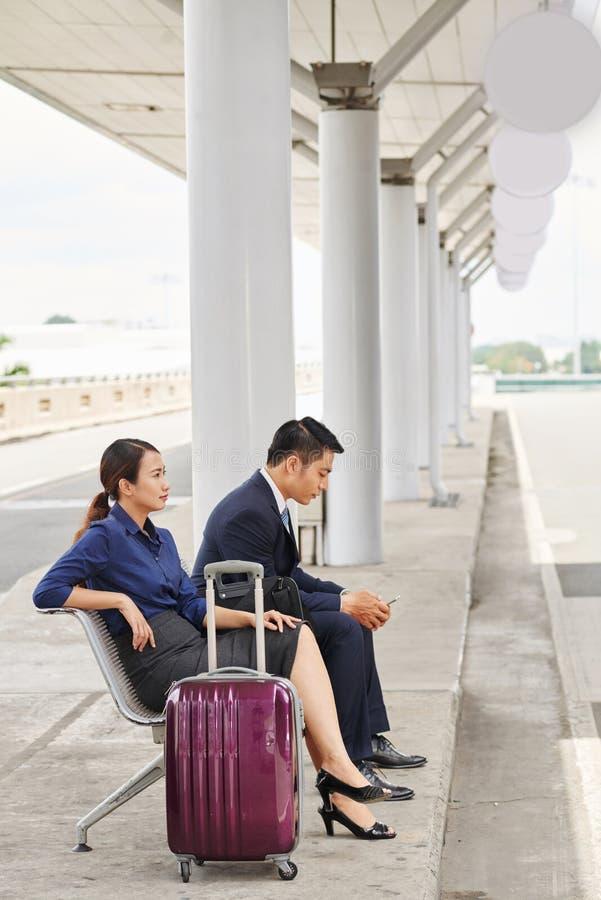 Bedrijfsmensen die op Taxi wachten royalty-vrije stock afbeeldingen