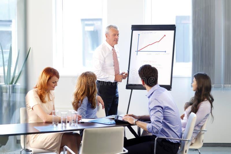 Bedrijfsmensen die op vergadering bespreken stock afbeelding