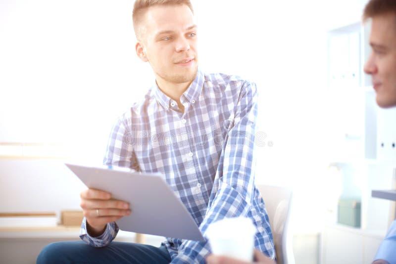 Download Bedrijfsmensen Die Op Vergadering Op Kantoor Spreken Stock Foto - Afbeelding bestaande uit professioneel, mensen: 107704136