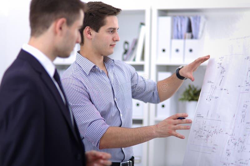 Bedrijfsmensen die op vergadering op kantoor spreken stock afbeeldingen