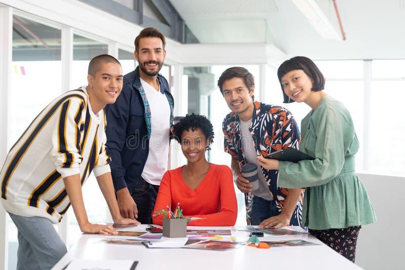 Bedrijfsmensen die over documenten bij conferentieruimte bespreken stock foto