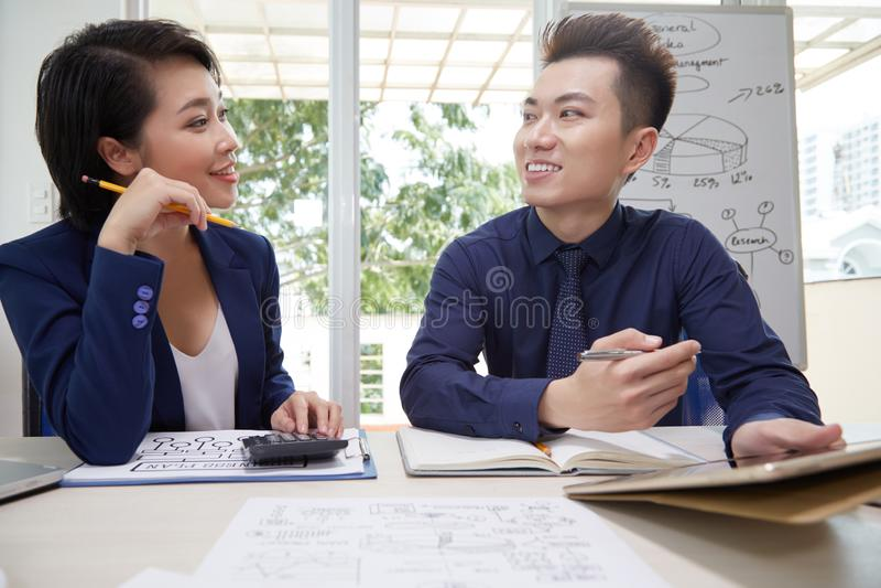 Bedrijfsmensen die over financieel project werken stock foto's