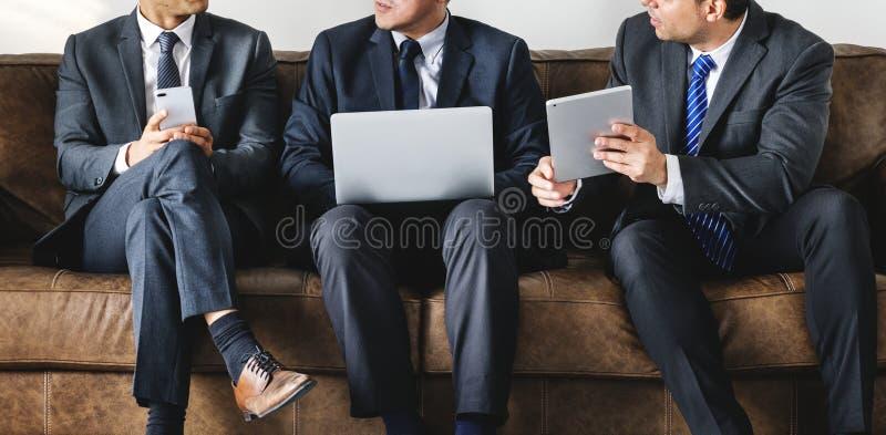 Bedrijfsmensen die over zaken op een laag bespreken stock fotografie