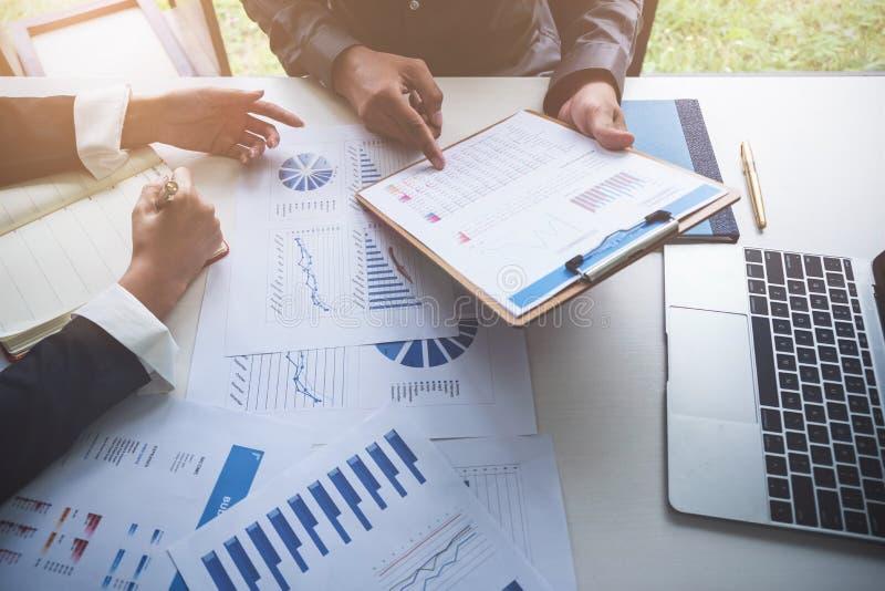 Bedrijfsmensen die Planningsbegroting en kosten, het Concept van de Strategieanalyse dragen royalty-vrije stock fotografie
