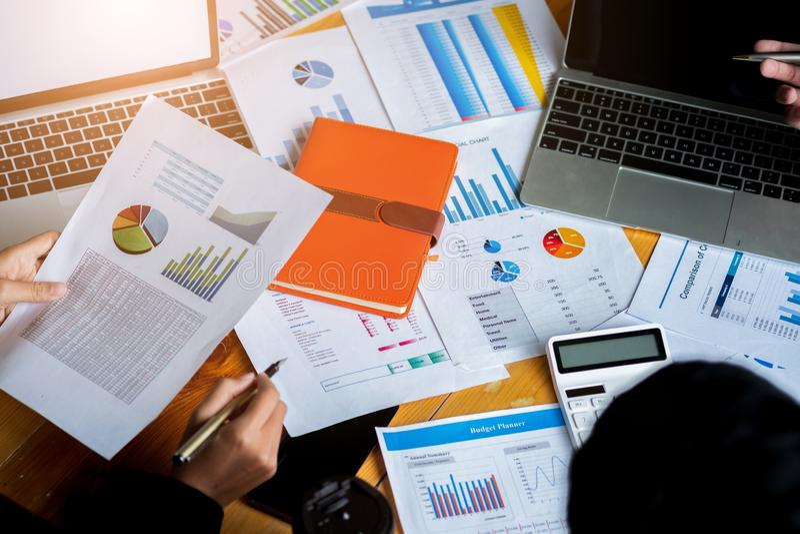 Bedrijfsmensen die Planningsbegroting en kosten, het Concept van de Strategieanalyse, dragen die gebruikend laptop computer, calc royalty-vrije stock foto's
