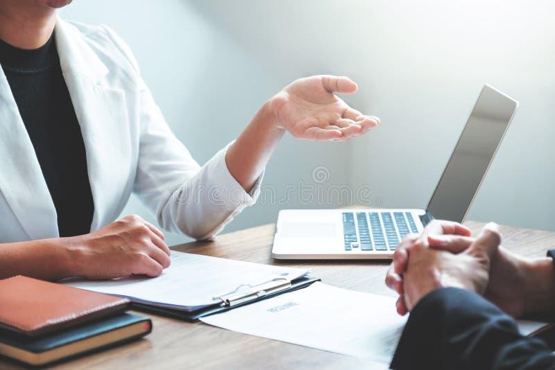 Bedrijfsmensen die Planningsstrategie ontmoeten die over businessplan spreken, voortgangsrapport voor het bedrijfswerk stock fotografie