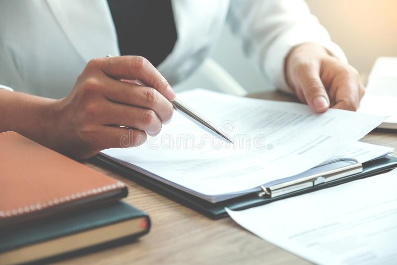 Bedrijfsmensen die Planningsstrategie ontmoeten die over businessplan spreken, voortgangsrapport voor het bedrijfswerk royalty-vrije stock afbeeldingen