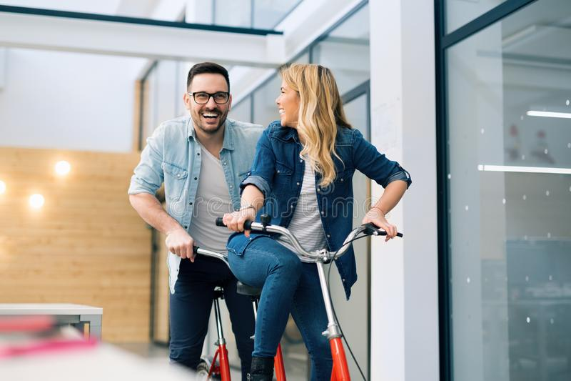 Bedrijfsmensen die pret hebben die een fiets berijden stock foto