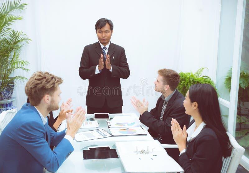 Bedrijfsmensen die rond van medewerkerconferentie slaan in vergaderzaal stock foto's