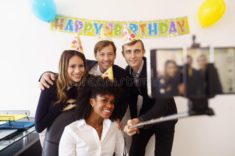Bedrijfsmensen die Selfie met Telefoon nemen bij Bureaupartij royalty-vrije stock fotografie