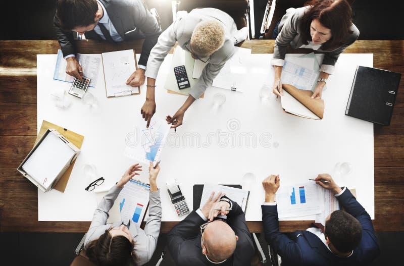 Bedrijfsmensen die Statistieken Financieel Concept analyseren stock foto's