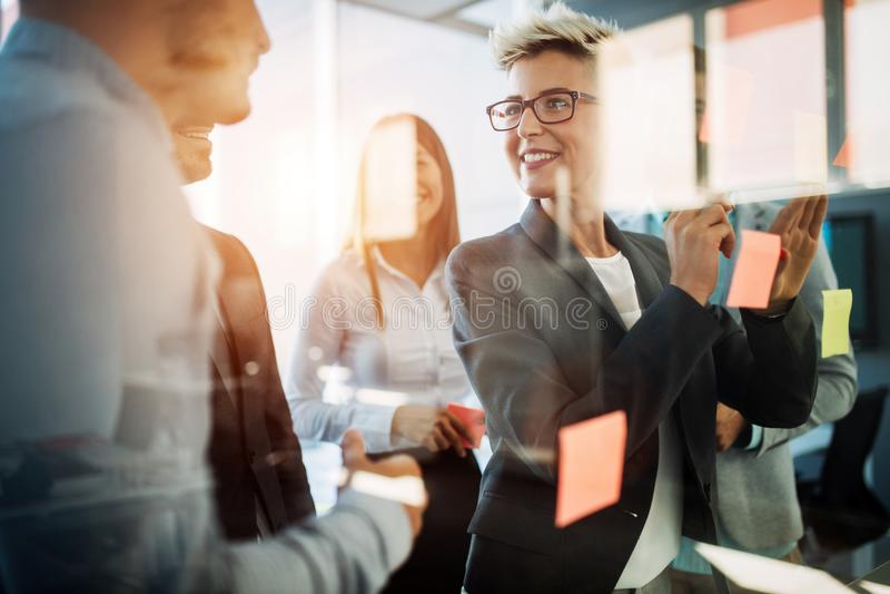 Bedrijfsmensen die strategie in bureau samen plannen royalty-vrije stock fotografie