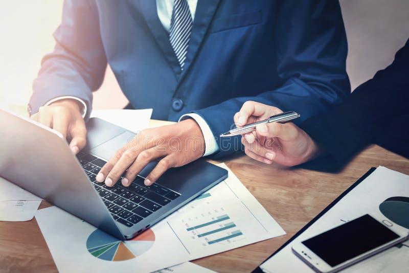 bedrijfsmensen die team in bureau ontmoeten en laptop voor het werk met behulp van stock foto's