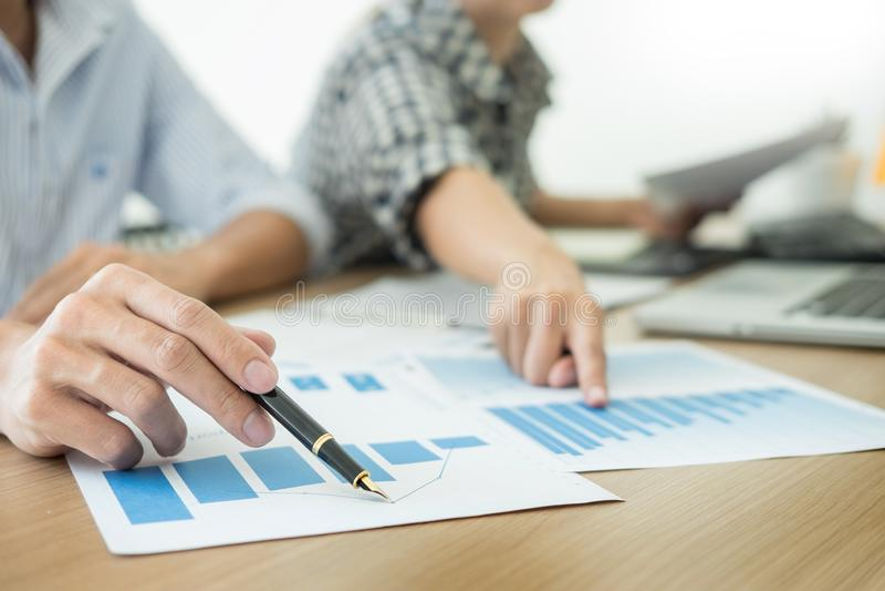 Bedrijfsmensen die team ontmoeten die financi?le documenten bij conferentielijst, Collectieve Mensen analyseren die Concept werke stock foto