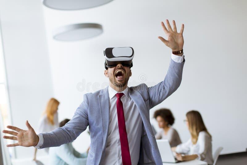 Bedrijfsmensen die team opleidingsoefening maken tijdens team de bouwseminarie die VR-glazen gebruiken stock afbeeldingen