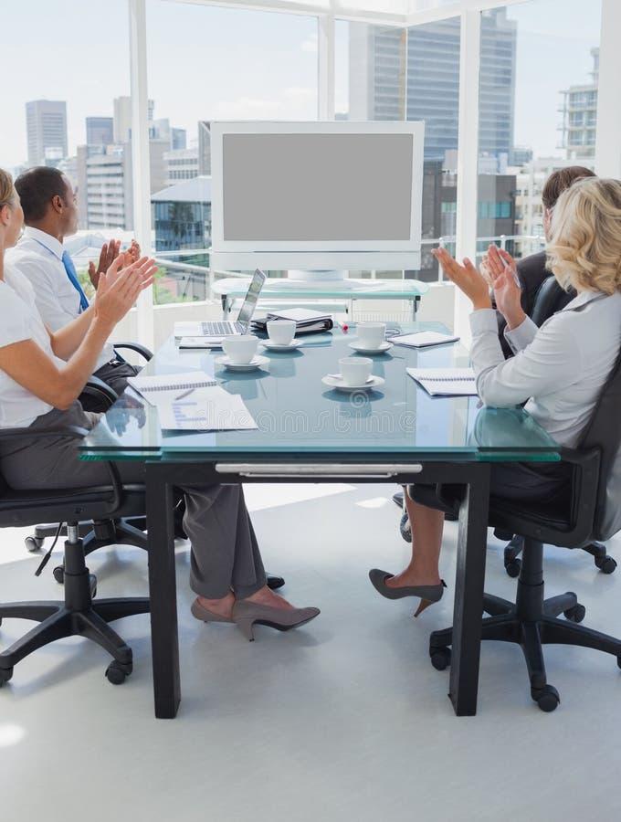 Bedrijfsmensen die tijdens een videoconferentie toejuichen royalty-vrije stock afbeelding