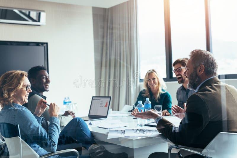 Bedrijfsmensen die toevallige bespreking hebben tijdens vergadering royalty-vrije stock afbeelding
