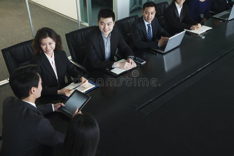 Bedrijfsmensen die vergadering, zitting bij conferentielijst hebben royalty-vrije stock fotografie