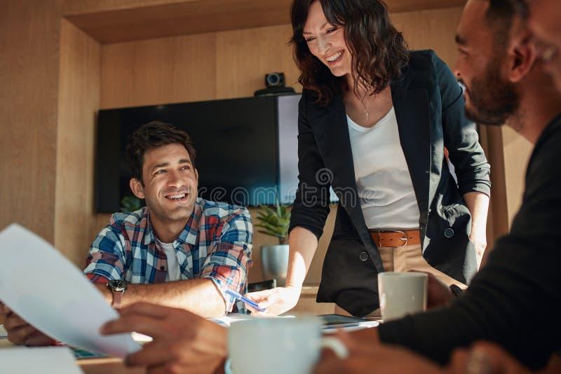 Bedrijfsmensen die in vergaderzaal bij opstarten bespreken stock foto's